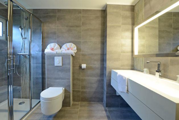 Amenagement salle de bain great amenagement salle bain for Surface moyenne salle de bain